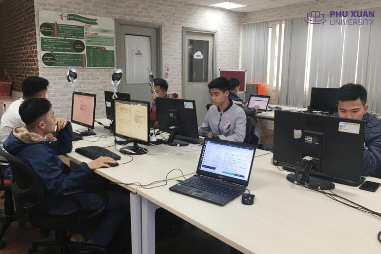 Sinh viên ngành CNTT trường Đại học PHú Xuân thực tập tại doanh nghiệp