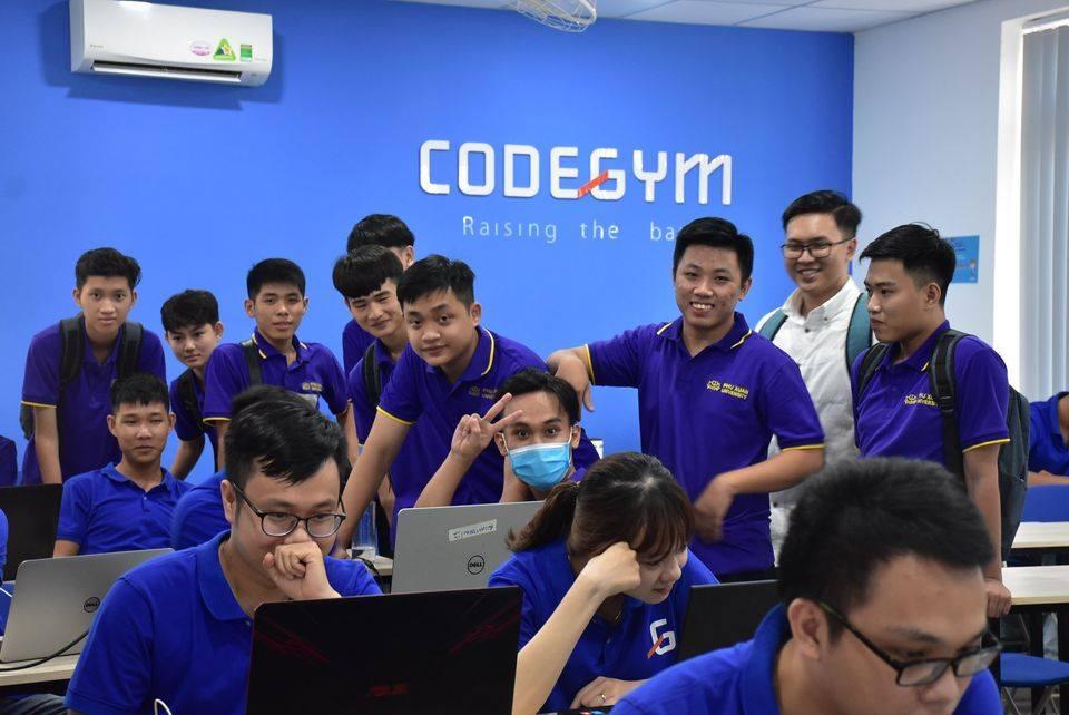 Buổi tham quan thực tế đầu tiên cho Tân sinh viên ngành CNTT tại Doanh nghiệp